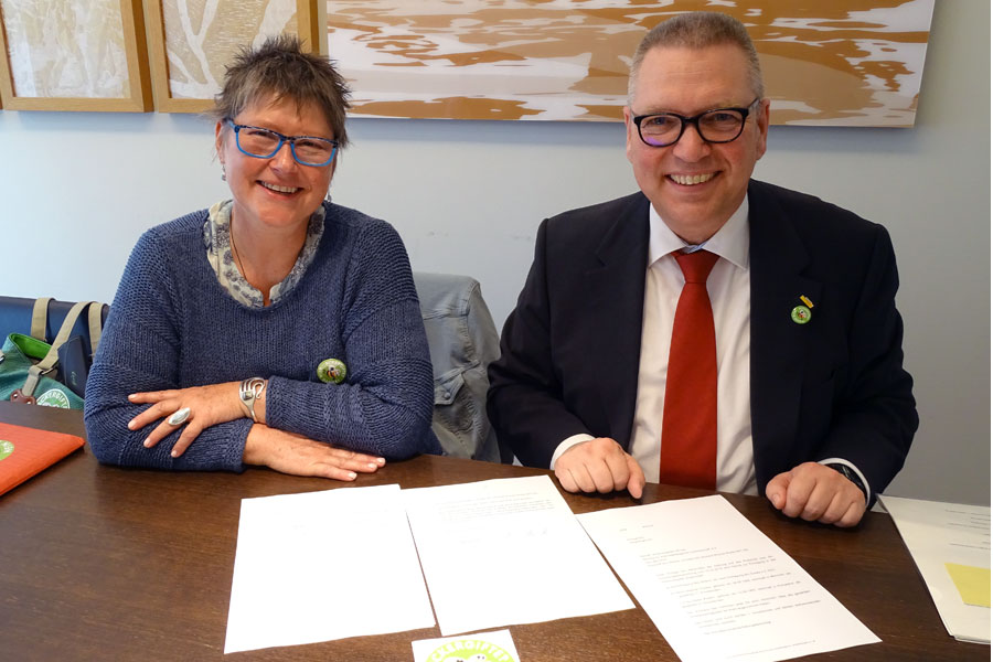 "The President and the Vice President of the ""Agricultural Alliance for Our Grandchildren's Future"" are signing the agreements for the foundation of the alliance: Heike Kirsten (Marketing Director Rapunzel Naturkost) and Stephan Paulke (CEO basic AG)"
