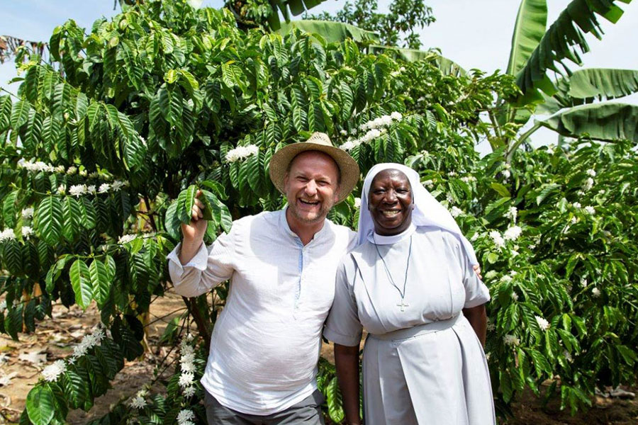 Rapunzel employee Holger Epp and Sr. Esther under a flowering coffee treeJedes