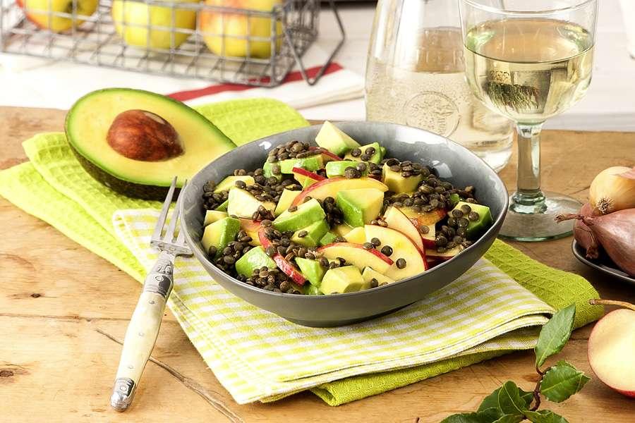 Avocado-Apfel-Salat mit grünen Linsen und Senfdressing