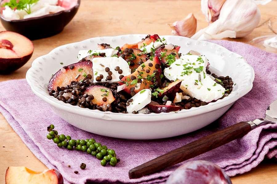 Beluga Linsen-Salat mit Pflaumen und Feta