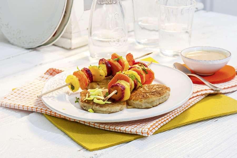 Ingwer-Lauch-Blinis mit marinierten Karottenspießchen