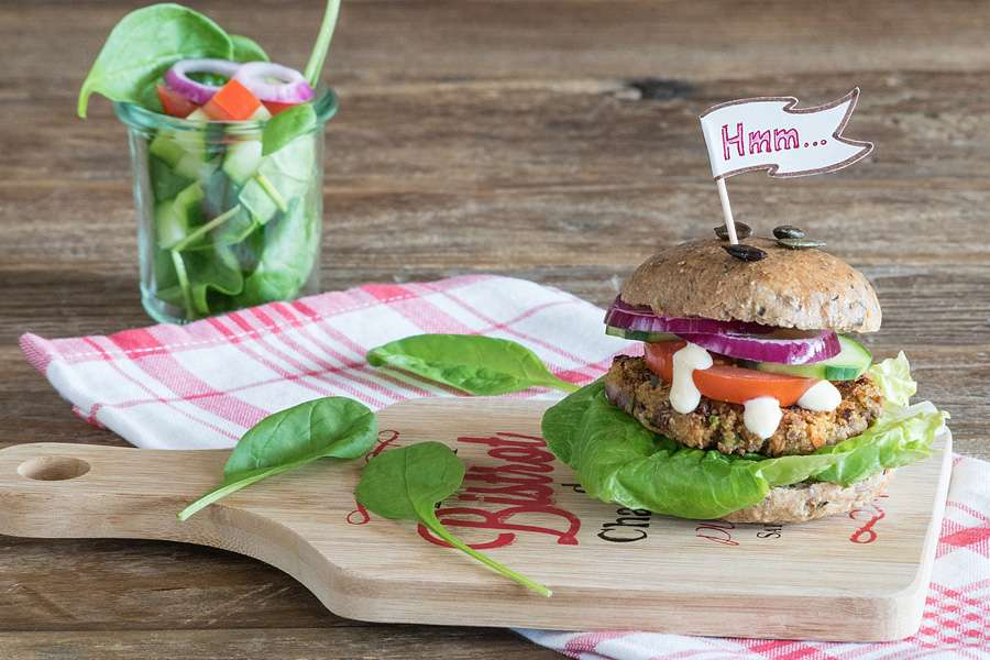 Borlotti-Burger mit Kürbiskernbrötchen & Cashew-Mayo