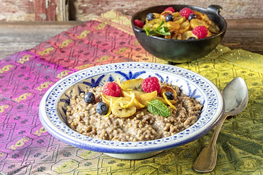 Buchweizen-Dattel-Risotto mit Tahin und heißem Obst