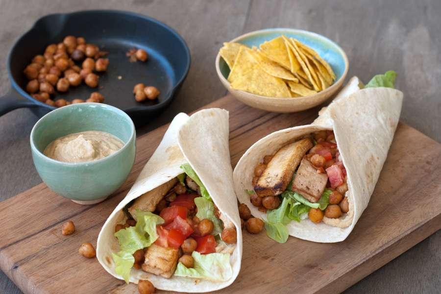 Wraps mit Hummus, Kichererbsen und Tofu
