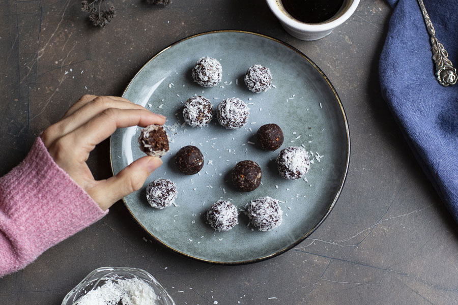 date-haselnut balls with coconut