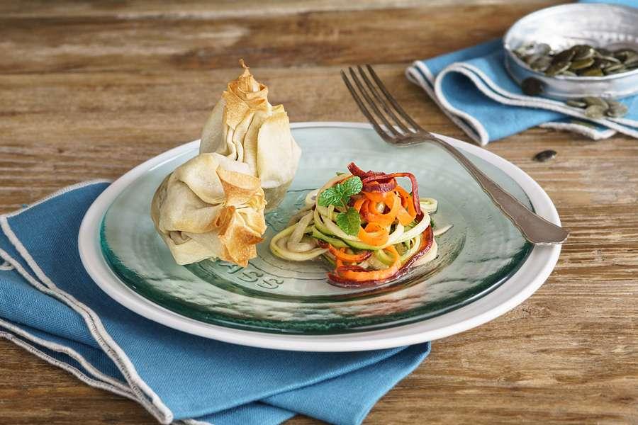 Erbsen-Filo-Päckchen auf marinierten Gemüselinguini