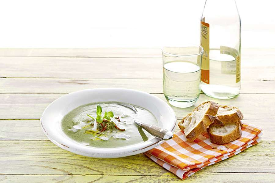 Erbsen-Kokos-Suppe mit Walnuss-Minz-Pesto