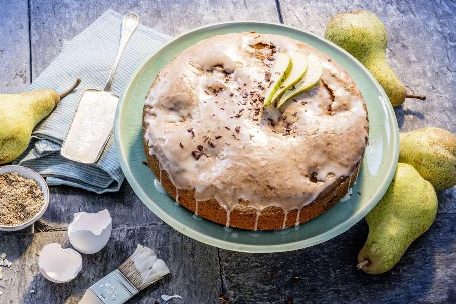 Gedeckter Birnenkuchen mit Aprikosenkernmus und Edelbitter-Schokolade