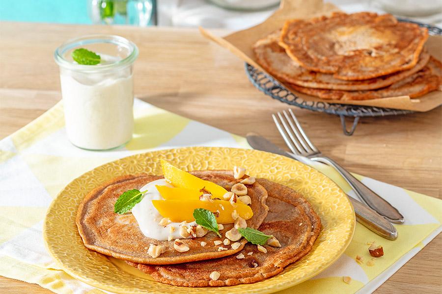 Haselnuss-Pfannkuchen mit Mango & Quarkcreme