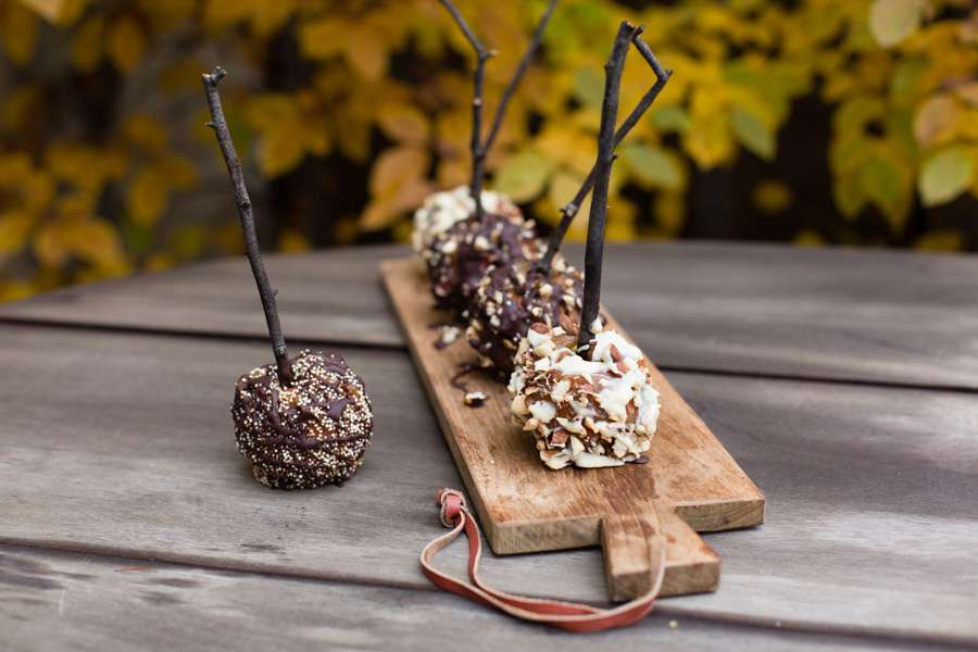 Caramel Apples with Chocolate und Nut Toppings