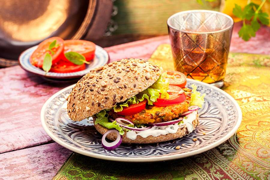 Kichererbsen-Burger mit Minz-Joghurt