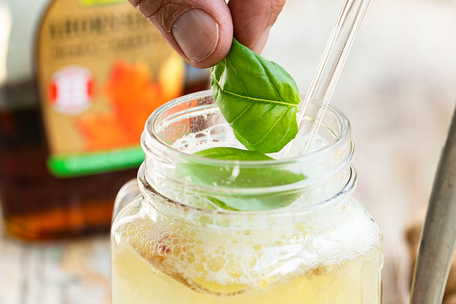 Zitronenlimonade mit Granatapfel und Ingwer
