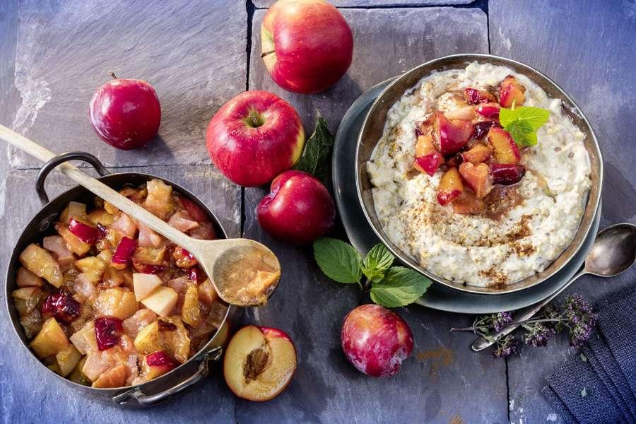 Lupinen-Porridge mit Apfel-Pflaumen-Kompott