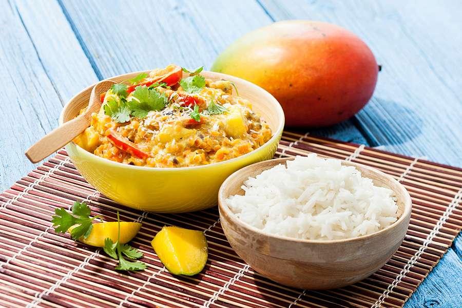 Mango-Kokos-Curry mit roten Linsen und Basmatireis