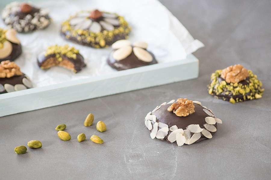 Maulbeer-Lebkuchen mit Nussdekor