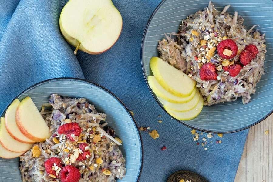 Frühstücksbowl mit Omega Brei und Beerenmüsli