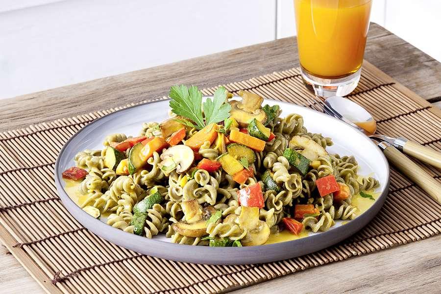 Kichererbsen-Spirelli mit Gemüse in Ingwer-Kurkuma-Creme