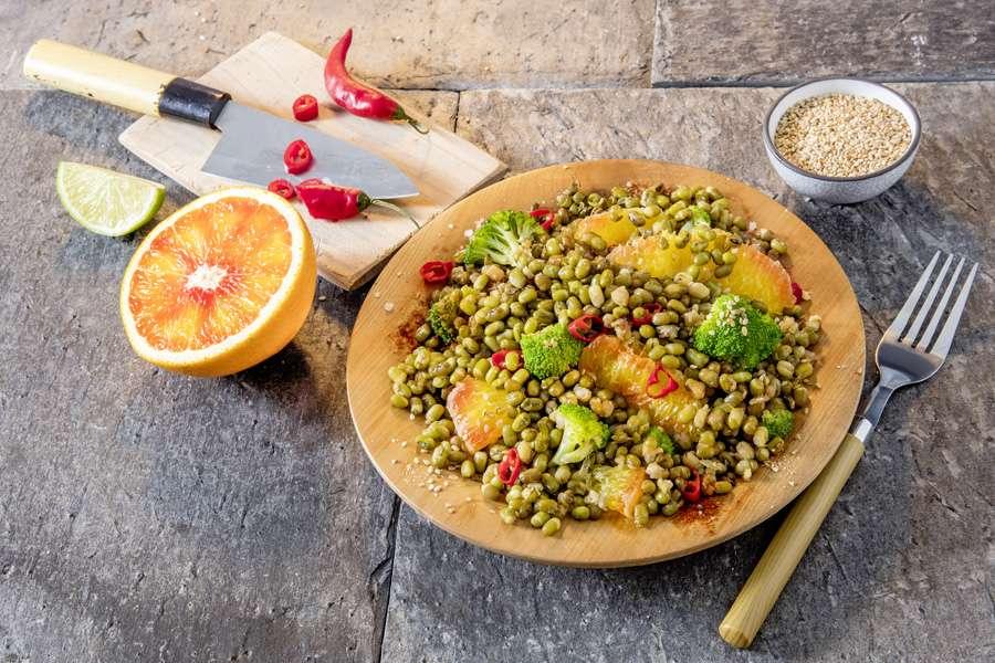 Mungbohnensalat mit Brokkoli und Blutorange