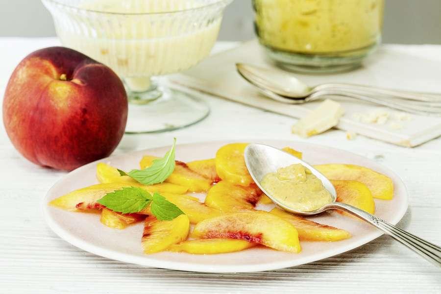 Süßes Mango-Pesto auf weißer Maracuja-Schokocreme mit Nektarinen-Carpaccio und Aprikosenkernsplittern