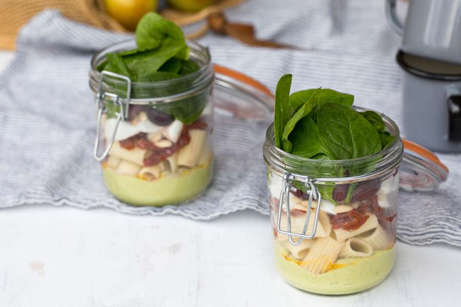 Pasta-Salat mit Avocado-Pesto-Dressing