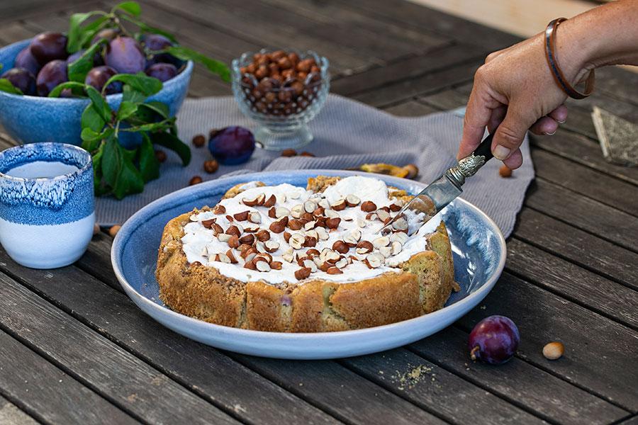 Pflaumenkuchen mit Tonkapudding und Haselnüssen