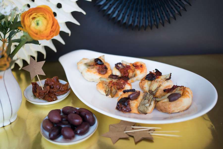 Pizza bites with olives, artichokes und sun dried tomatoes