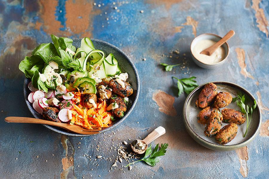Poke Bowl mit Auberginen-Gemüse Köfte und Cashew-Kokos Dip