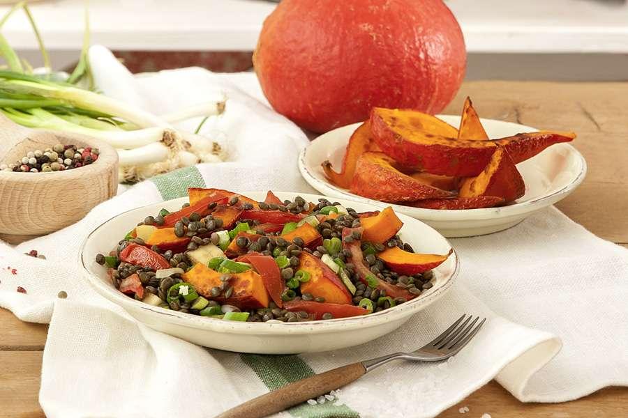 Linsen-Gemüse mit gebratenen Kürbisecken