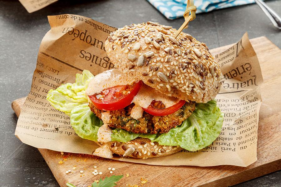 Quinoa-Burger mit Sauerrahm-Sauce