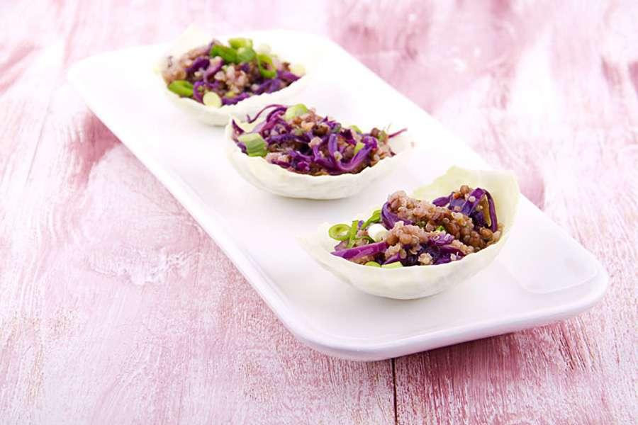Quinoa-Linsen-Schiffchen mit Safran und Rotkohl