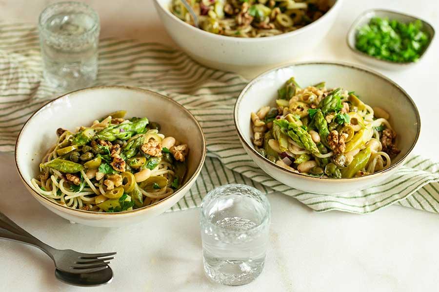 Zitronen Reis-Spaghetti mit grünem Spargel, weißen Bohnen und Walnüssen