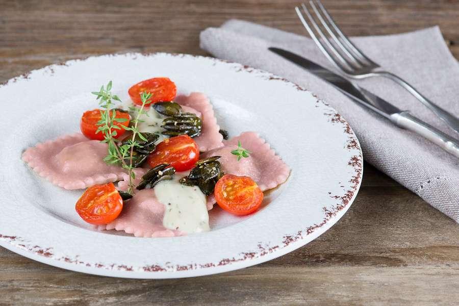 Rote-Bete-Ravioli in Estragon-Sauce mit karamellisierten Tomaten