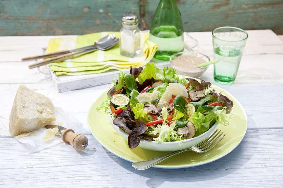Blattsalate mit gebratenem Gemüse und pikant-fruchtigem Nussmus Dressing