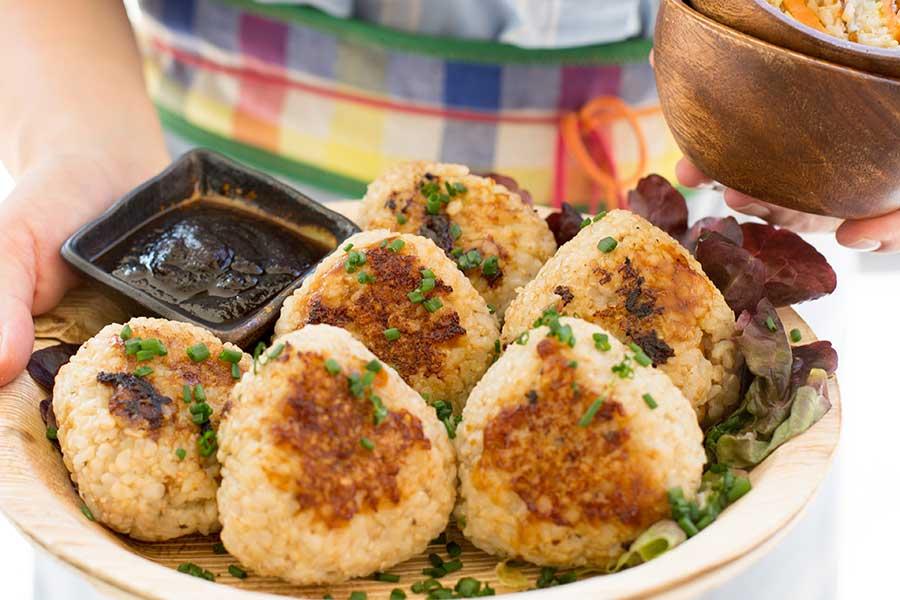 Sataysoße mit Tofu, Gemüse und übergrillten Reisbällchen