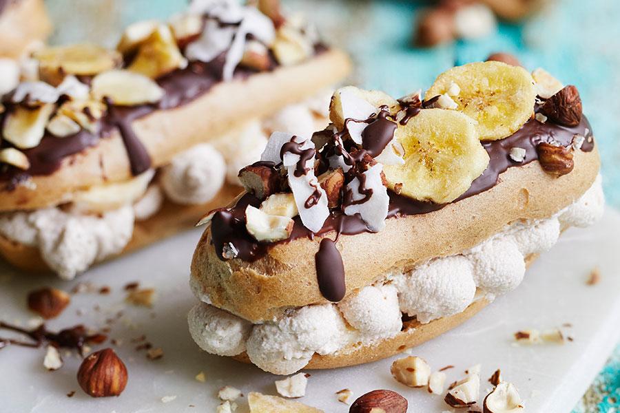 Schokoladen-Zimt-Eclairs mit Banane u. Kokos-Haselnuss-Sahne