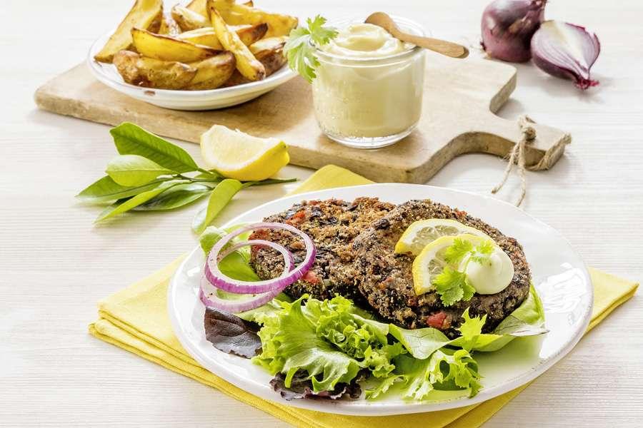 Schwarze-Bohnen-Burger mit Kartoffelspalten
