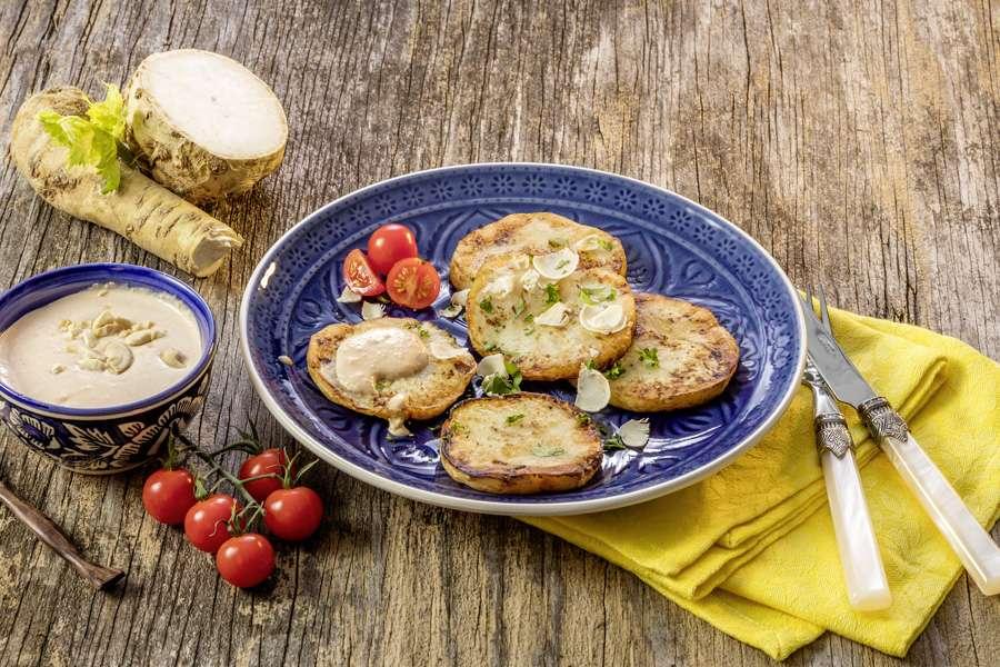 Sellerieschnitzel mit Cashew-Meerrettich-Dip