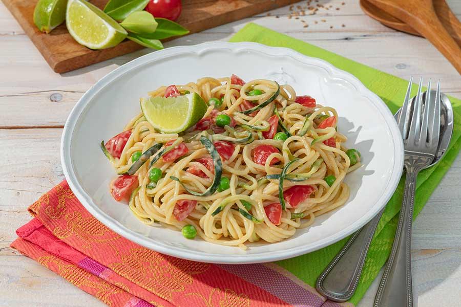 Spaghetti-Zucchini-Salat mit Erdnussdressing