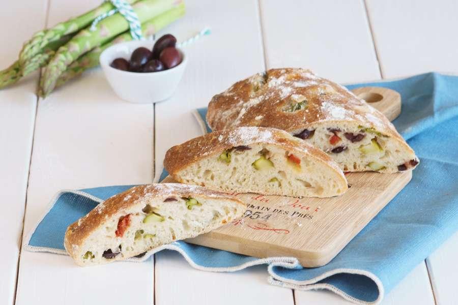 Saftiges Spargel-Ciabatta mit Oliven und getrockneten Tomaten