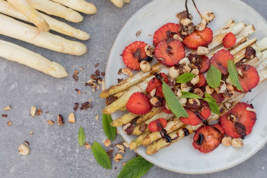 25.04.2018: Roasted white asparagus with strawberries, caramelized hazelnuts and a balsamic reduction