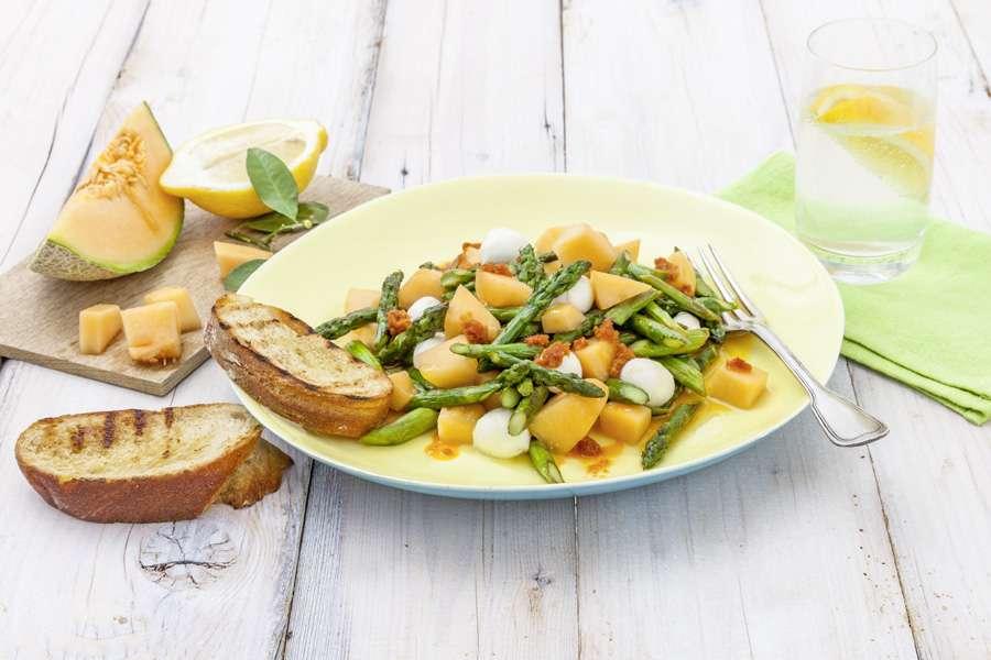 Spargel-Melonen-Salat mit Pesto Rosso Vinaigrette