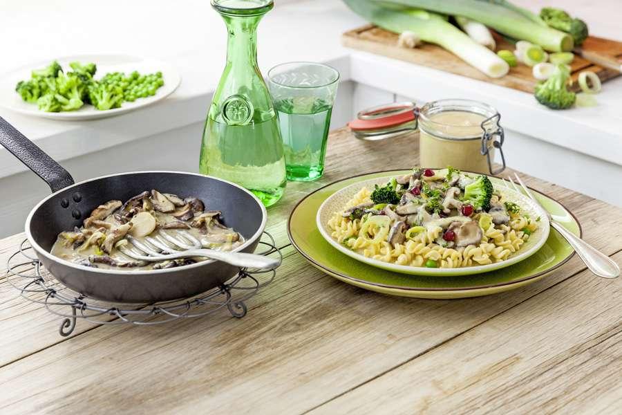 Linsen-Spirelli mit Pilzcreme und Erbsen-Broccoli-Gemüse