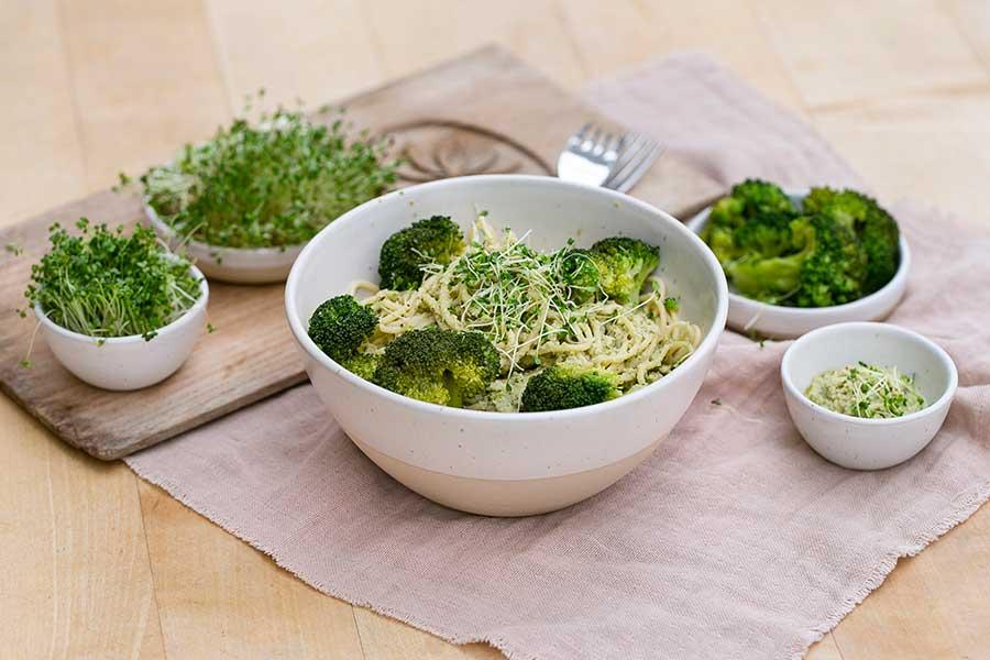 Spaghetti mit Sprossen-Pesto und Brokkoli