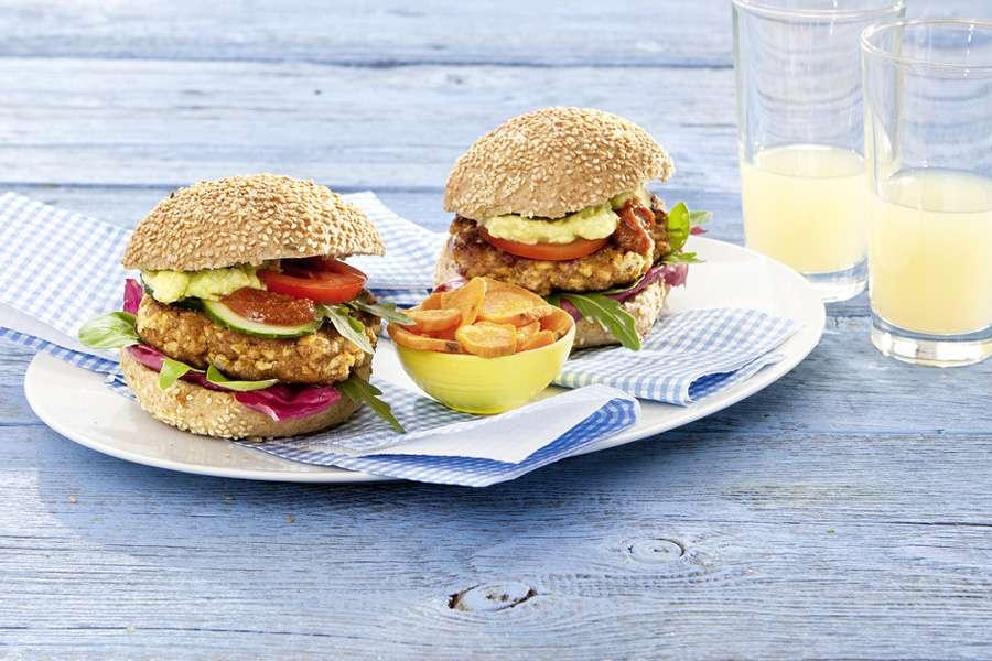 Bio-Rezept von Attila Hildmann: Tofu-Paprika-Burger mit Avocado-Cashew-Creme und Süßkartoffelchips - Rapunzel Naturkost