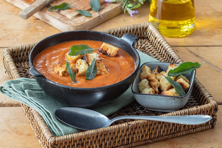 Cremige Tomaten-Salbei-Suppe mit Aprikosen