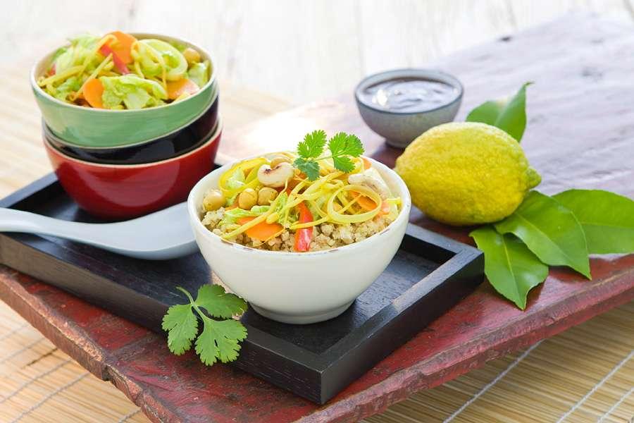 Wok-Gemüse mit Mandel-Zitronen-Creme und Kokos-Boulgour