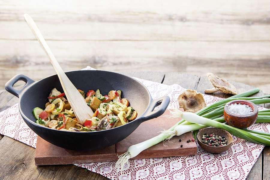Wokpfanne mit weißem Tofu und Gemüse