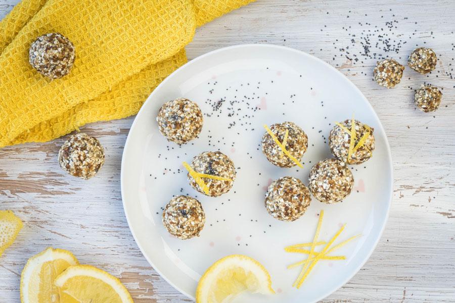 Zitronen-Blissballs mit Mohn als Topping