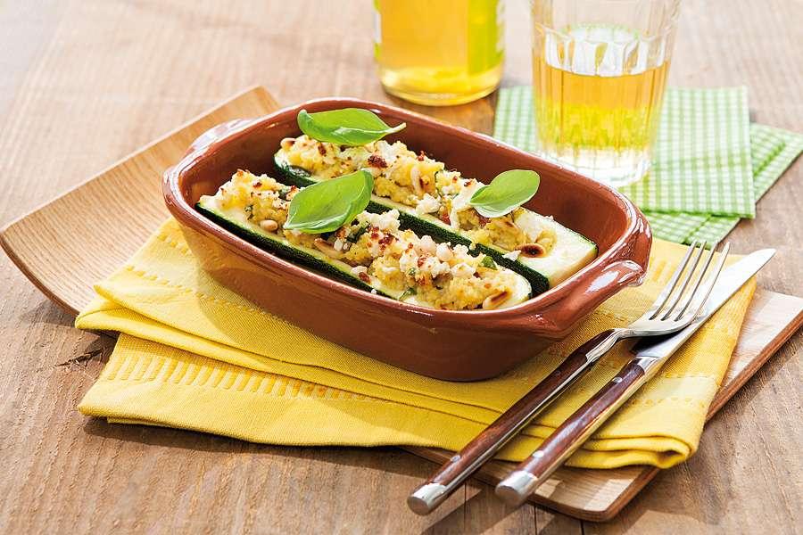 Zucchini-Schiffchen mit Cous-Cous-Feta-Füllung